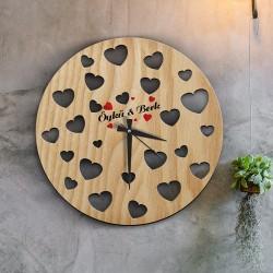 ساعة خشبية بقلوب حمراء